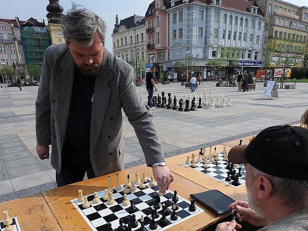 Lukáš Klíma v tradiční simultánce na Masarykově náměstí.