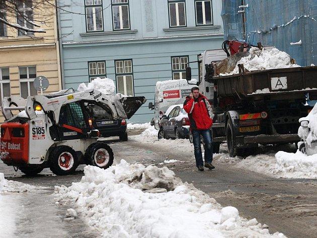 Sněhu je v těchto dnech v Ostravě tolik, že jej technické služby odvážejí nákladními auty.