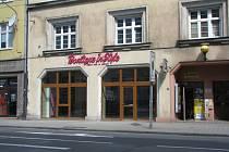 V Českobratrské ulici zavřelo už i pekařství, butik (na snímku) či textil a řada dalších prostor je olepena nájemním plakátem dlouhodobě.