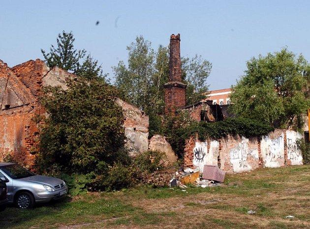 Ostuda města. To jsou kvůli současnému zchátralému stavu dva staré domy na ulici Českobratrské. Nyní je čeká demolice.