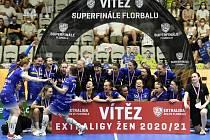 Florbalistky Vítkovic s pohárem - Superfinále play off florbalové extraligy žen: Vítkovice - Chodov, 12. června 2021 v Praze.