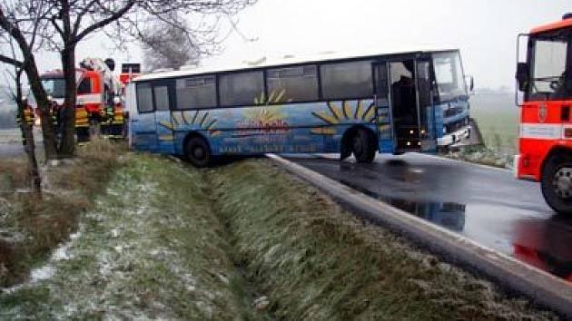 Hasiči vyprošťují v Ostravě uvízlý autobus