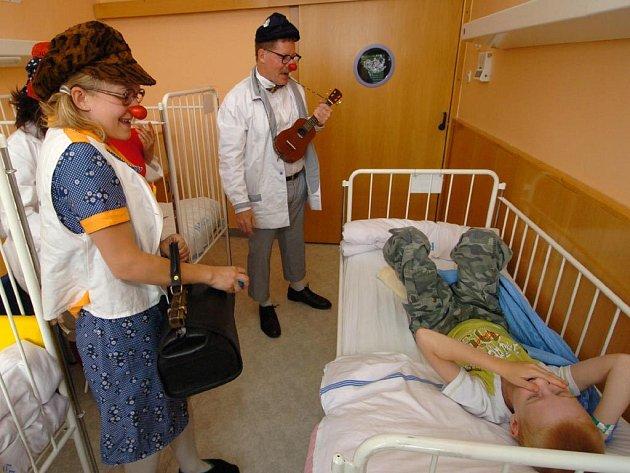Zdravotní klauni mezi nemocnými dětmi