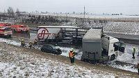 U hromadné nehody a 2 požárů na dálnici D1 u Kujav zasahuje osm jednotek hasičů.