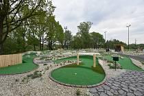 GOLF PARK LHOTKA nabízí cvičnou louku s odpališti zvanou driving range, chipping green pro rány z terénu, cvičné jamkoviště (putting green), zmenšený adventure golf s překážkami a kavárnu.