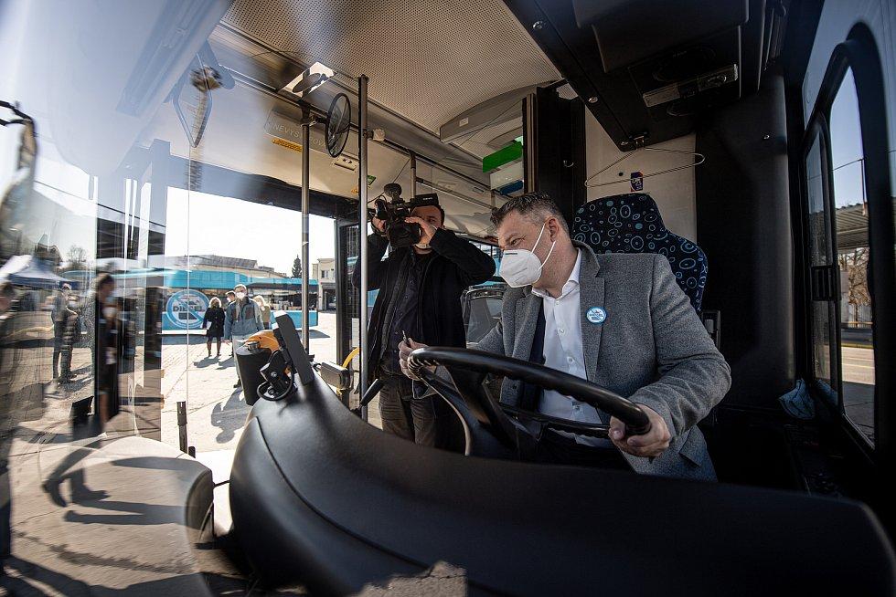 Dopravní podnik Ostrava slavnostně vyřadil poslední dieselový autobus,  9. dubna 2021 v Ostravě. Zbývající dieselové autobusy jsou nově používané jako zálohy. Ředitel Dopravního podniku Ostrava Daniel Morys vypíná poslední ostravský dieselový autobus.