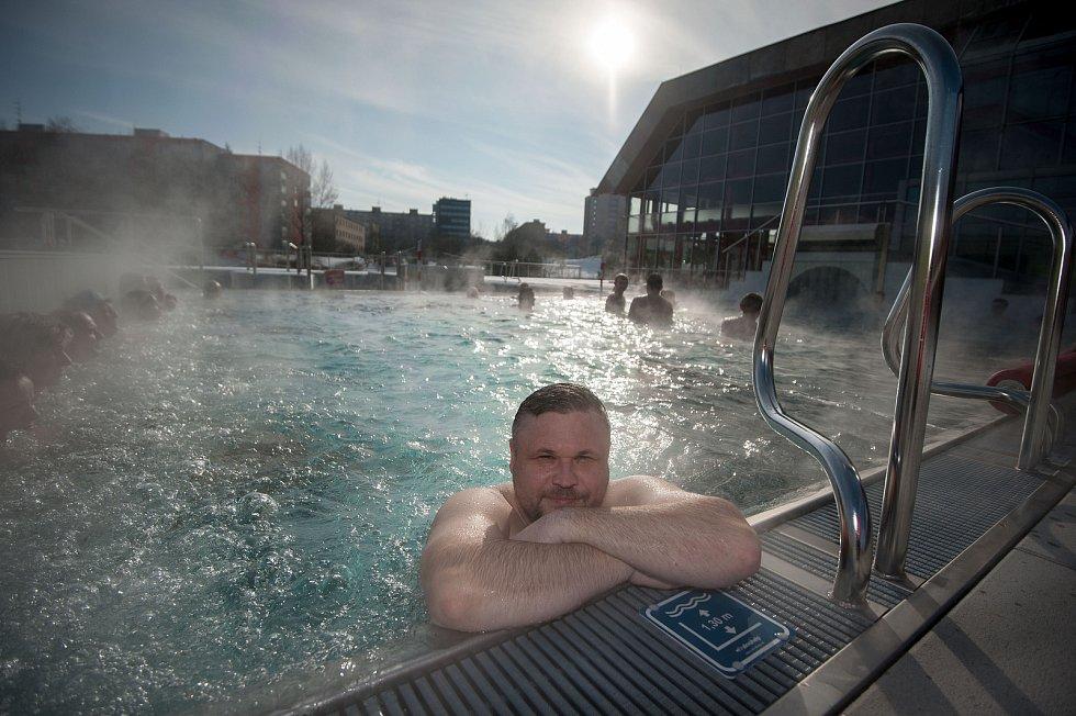Venkovní vyhřívané koupaliště na krytém bazéně v Porubě, 19. února 2018 v Ostravě.