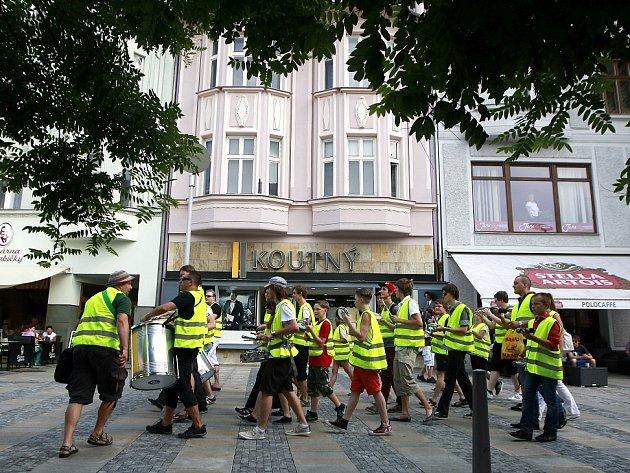 Na Masarykově náměstí, přímo v centru města, se představilo třicet bubeníků, kteří si říkají Bum Bum Band XL.