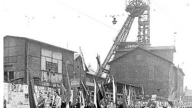 Horníci z Dolu Hlubina jdou s prapory a transparenty na sraz hlavního průvodu u kavárny Elektra.