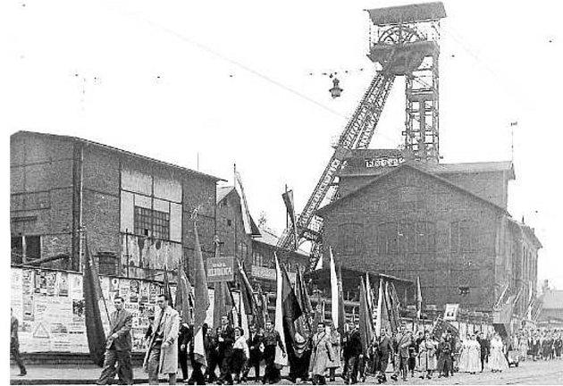 Horníci zDolu Hlubina jdou sprapory a transparenty na sraz hlavního průvodu ukavárny Elektra.