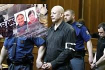 Na snímku vlevo náhrobek zavražděných manželů Muszańských. Jeden zaktérů, expolicista Jiří Bohdálek, se nyní snaží dostat na svobodu.