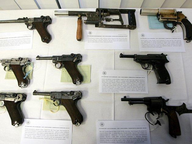 Část odevzdaných zbraní v Moravskoslezském kraji. Nechybí mezi nimi pistole, samopaly nebo podomácku vyrobené zbraně.