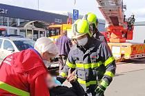 Hasiči, záchrana dělníka ze střechy, neděle 28. března 2021 v Ostravě.