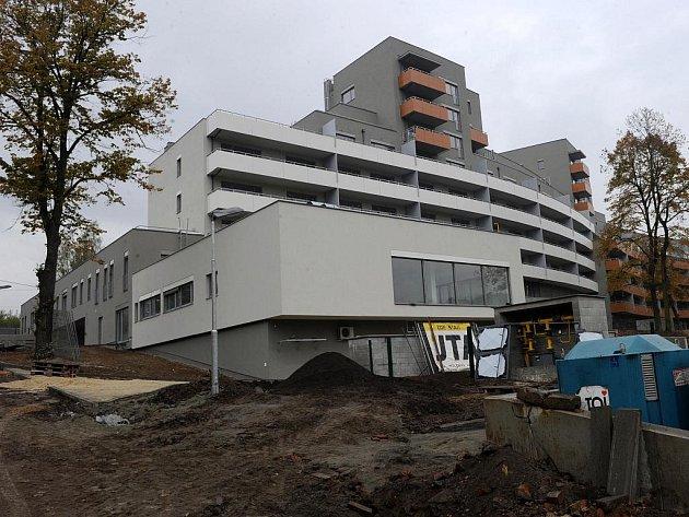 Stavba rezidenčních bytů pro seniory v Ostravě-Petřkovicích je hotová, zbývá dodělat okolí. První obyvatelé by se tam měli stěhovat v lednu.