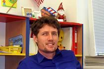 Drew Cooney osmým rokem vyučuje v 1st. International School děti na prvním stupni základní školy. Jeho hlas poputuje do USA prostřednictvím pošty.