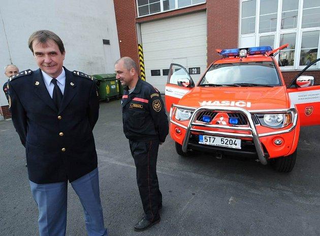 Ostravští hasiči přebírali od představitelů Moravskoslezského kraje novou požární techniku