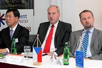 Mezi účastníky konference (zprava) ministr průmyslu Martin Říman a moravskoslezský hejtman Evžen Tošenovský