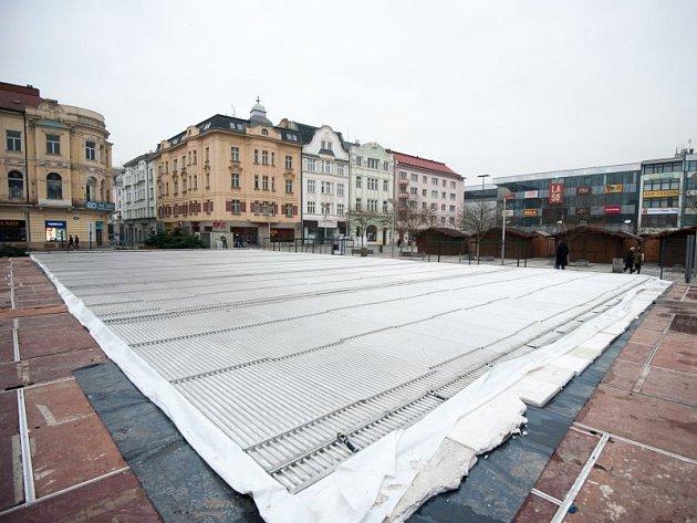 Není tomu tak dávno, co město udělalo v pořádání vánočního bruslení pro veřejnost pauzu. Pak se ale kluziště vrátilo a letos už pátým rokem vyrůstá na Masarykově náměstí.