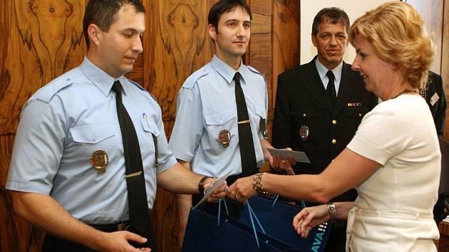 Stužku Za záchranu života převzali strážníci Patrik Kajzar (vlevo) a Petr Lakomý. Na snímku s ředitelem Městské policie Ostrava Zdeňkem Harazimem (vpravo).