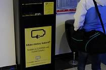 Ve speciálních nabíjecích kioscích si můžete mobil za pár minut nabít.