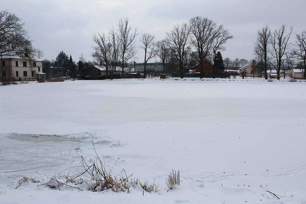 V Ostravě zůstávají zamrzlé plochy pod sněhem. Na snímku rybník v Porubě u Oblouku.