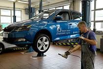 Škodovka mobilního hospice v servisu Auto Heller, kde mechanici namontovali nová kola; náhrada za ukradená šla z pojistky.