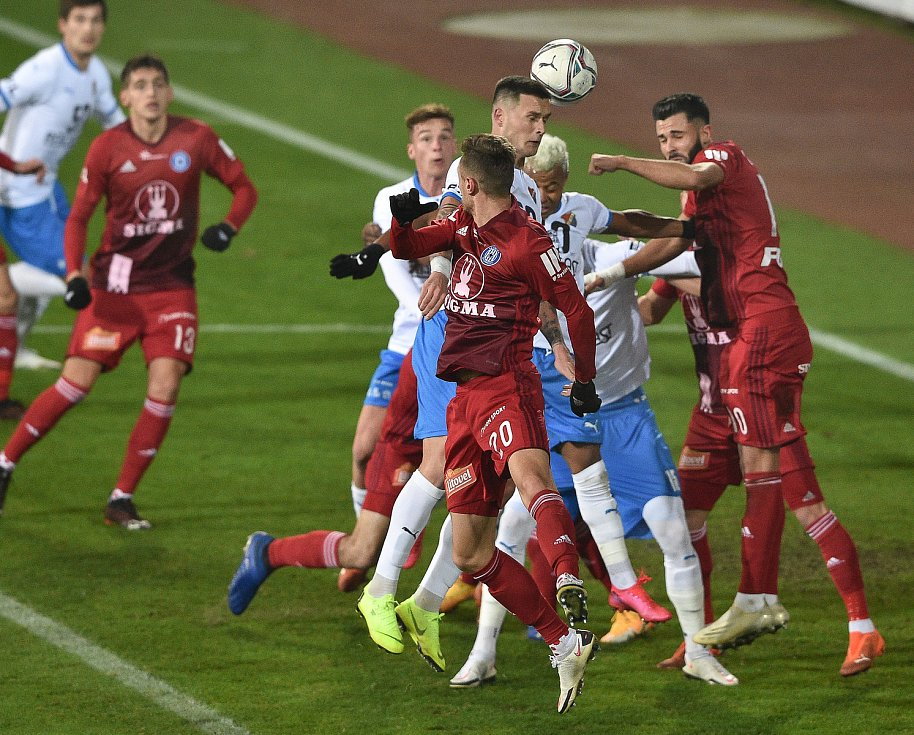 Utkání 13. kola první fotbalové ligy: FC Baník Ostrava - Sigma Olomouc, 18. prosince 2020 v Ostravě. Hlavičkuje Roman Potočný z Ostravy.