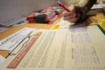 Nejvíce lidí zatím podepsalo petici za lepší ovzduší přes internet. Podpisy ale přibývají i na papírových arších. Jeden z nich je umístěn například v antikvariátu Fiducia v centru Ostravy.