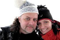 Richard Kroczek, bubeník a manažer populární skupiny Buty, a manželkou.