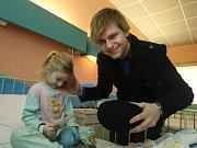 Martin Chodúr, vítěz soutěže SuperStar a nositel titulu Objev roku, nadělil na Štědrý den dárky dětem ve Vítkovické nemocnici a zazpíval jim.