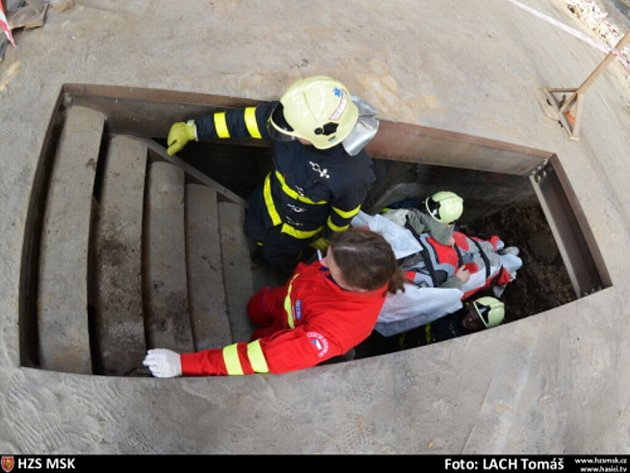 Záchrana zraněného dělníka.