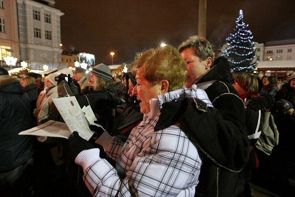 Atmosféra na Masarykově náměstí vOstravě při akci Česko zpívá koledy vroce 2012.