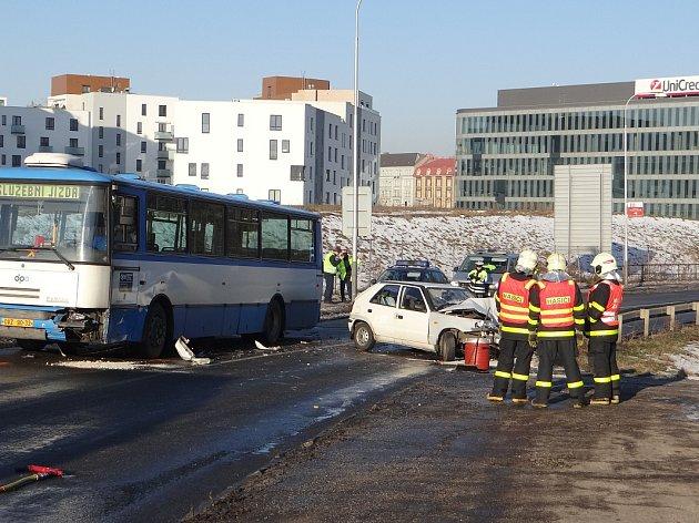 Srážka autobusu a felicie v centru Ostravy. Řidičku vyprostili hasiči