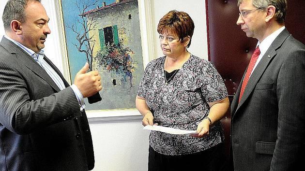 Na snímku s ministrem Jaromírem Drábkem krajský předseda TOP 09 Pavol Lukša a ředitelka ostravského úřadu práce Yvona Jungová.
