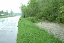 Rozvodněná řeka Lučina a její přítoky zaplavily silnici spojující Ostravu s Havířovem. Policisté nejdříve uzavřeli dopravu od Ostravy a nevylučovali, že při stoupající hladině bude uzavřen i opačný směr.