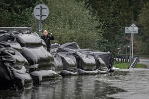 Protipovodňové zábrany odvádí vodu z jezera Štěrkovna, 16. října 2020 v Hlučíně.