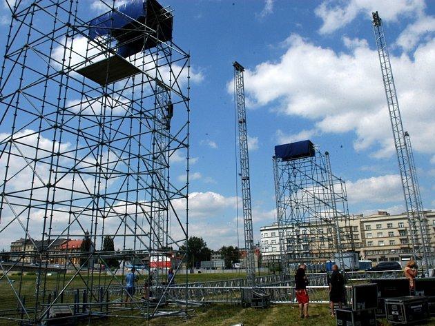 Během čtvrtečního dne finišovaly přípravy na páteční show, která zahájí výstavbu Nové Karoliny.