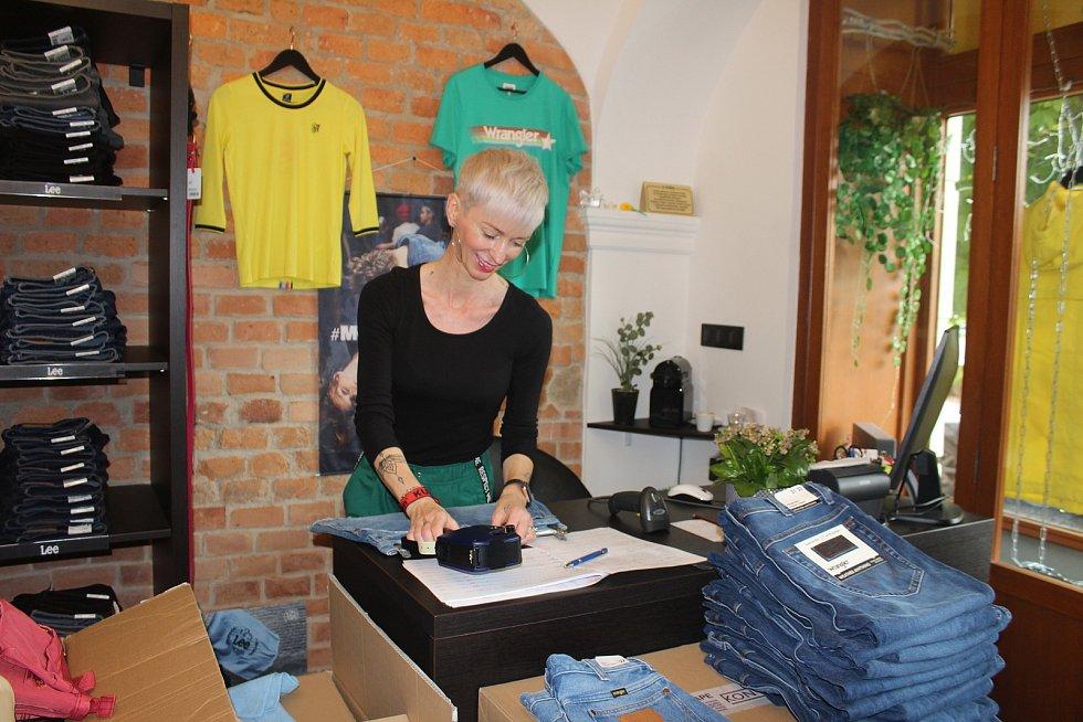 Lucie Kravčíková se celý týden připravovala na otevření svého obchodu, s oblečením, který má na karvinském Masarykově náměstí.
