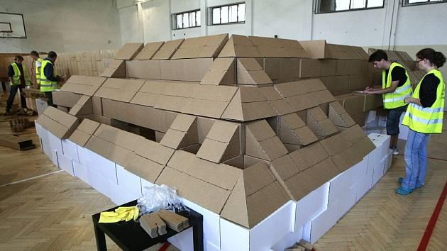 Věrná maketa. Na stavbu, která by po dokončení měla vážit kolem tří tun, je potřeba téměř tři tisíce krabic. Studenti nyní kartonové krabice spojují do větších modulů, které se posléze budou kompletovat.