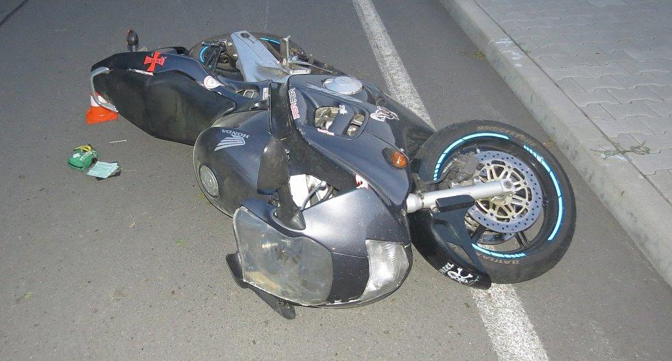 V Doubravě havaroval motorkář. Řídil opilý.