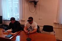 Obžalovaný muž (vpravo) vinu popřel. Na snímku se svým obhájcem.