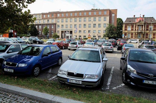 Parkoviště uMěstské nemocnice na Fifejdách.