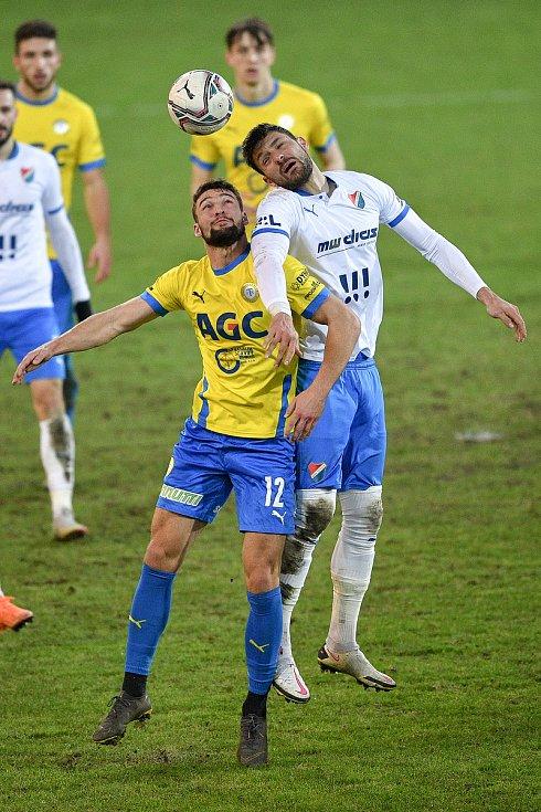 Utkání 21. kola první fotbalové ligy: FC Baník Ostrava – FK Teplice, 27 února 2021 v Ostravě. (zleva) Martin Macej z Teplic a Patrizio Stronati z Ostravy.