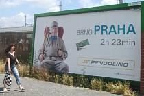 Jeden z reklamních poutačů na jižní větev spojů SC Pendolino se nachází v Ostravě-Svinově.