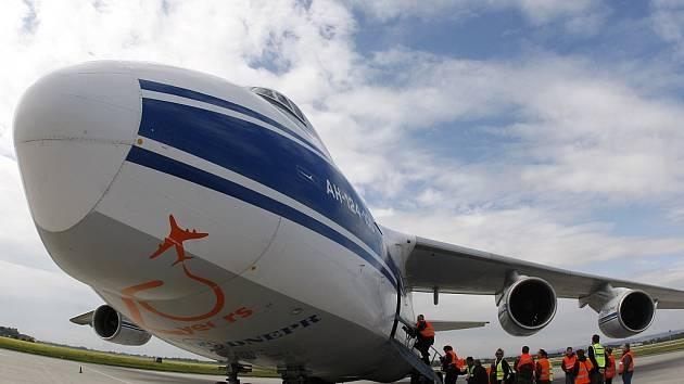 Jedno z největších sériově vyráběných transportních letadel na světě, An-124 Ruslan, přistálo v pátek hodinu po poledni na Letišti Leoše Janáčka v Ostravě.