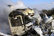 Odstraňování následků nehody kamionu a dodávky na silnici R 48, u odbočky na Starý Jičín, při níž zahynuli oba řidiči