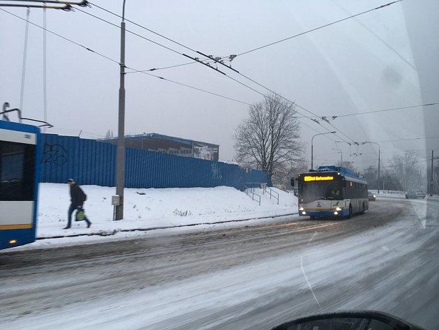 Trolejbusy vOstravě měly problémy vkopci na Bazaly.