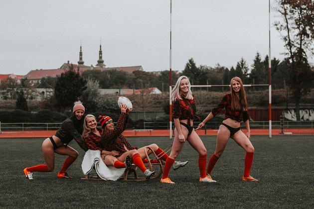 Tvrdý sport a krásné ženy, které ho hrají. Kalendáře sženským týmem Rugby Severní Morava mají již svou tradici. Toto jsou snímky zkalendáře pro rok 2021.
