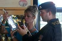 Policisté s hygieniky pokračují v kontrolách prodávaného alkoholu.