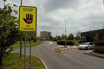 Značka upozorňující řidiče, že jsou v protisměru, se nachází u záchranářského centra v Ostravě-Zábřehu.